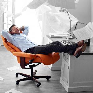 кожаное оранжевое кресло