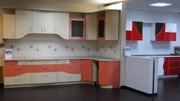 роззово-белая и красно-белая кухни