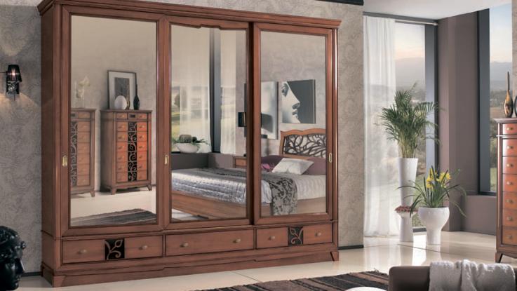 классический шкаф-купе с зеркалом