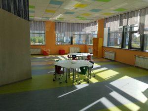 детскицй стол и стулья игровая зона