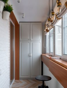 белый шкаф классика на балконе