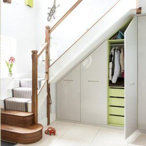 белый шкаф-купе под лестницей