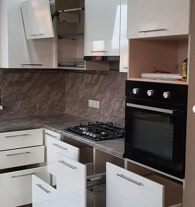 белая кухня тумбы и ящики